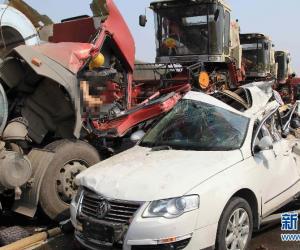 京港澳高速河南驻马店段56辆车追尾 5人死17人伤