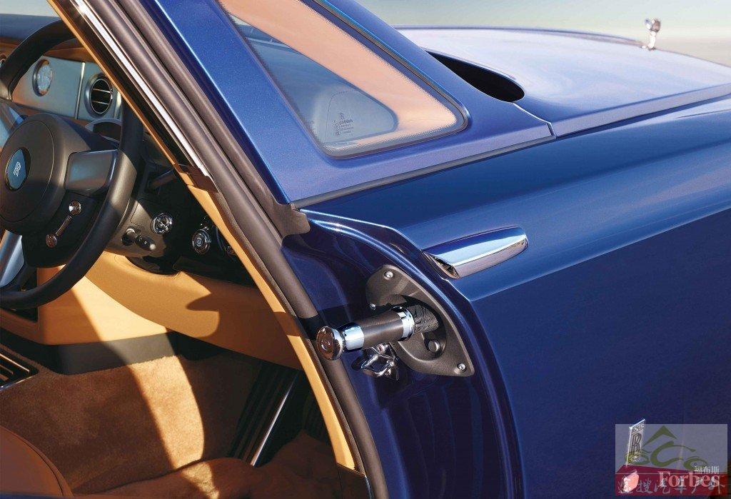 劳斯莱斯幻影双门轿跑,没错,车门里是一把伞。