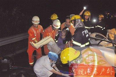 消防员就出被困人员