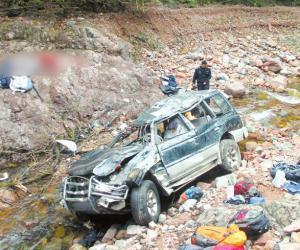 成都驴友牛背山遇险 车翻下10米高山坡3死4伤