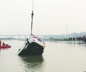 越野车新津表演涉水过河被冲走 已致2死1失踪