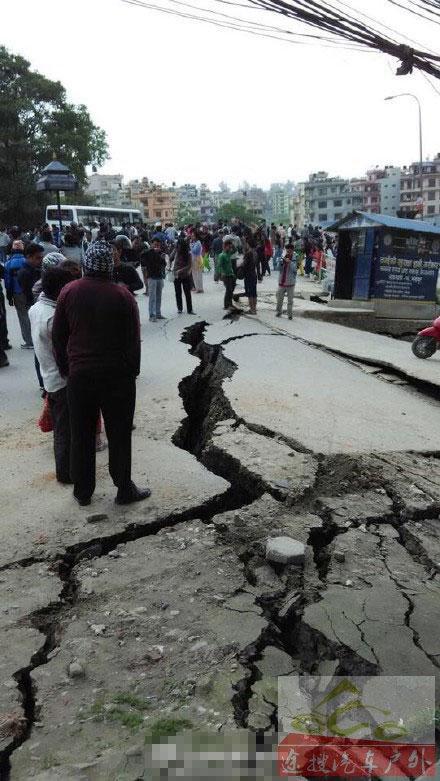 尼泊尔发生8.1级地震 道路现巨大裂缝(图)