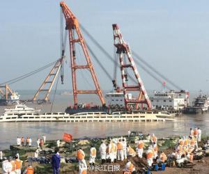 浮吊船启动,长江沉船船体扶正工作正式启动