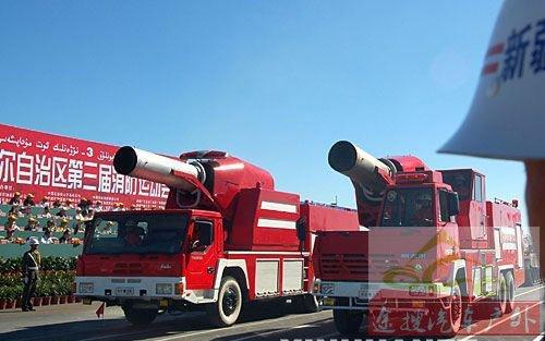 图11技术创新后的新型涡喷消防车装备油田参加检阅