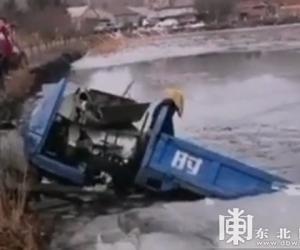 农用三轮车坠入水中 绞盘车救上岸